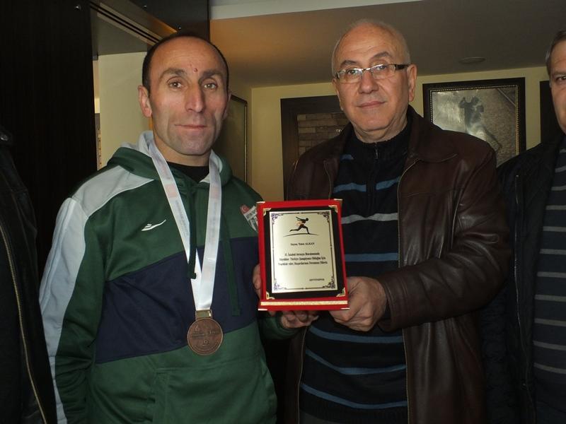 Maratoncu Talat Alkan'a Kulübü Artvin Spor'dan Teşekkür Plaketi
