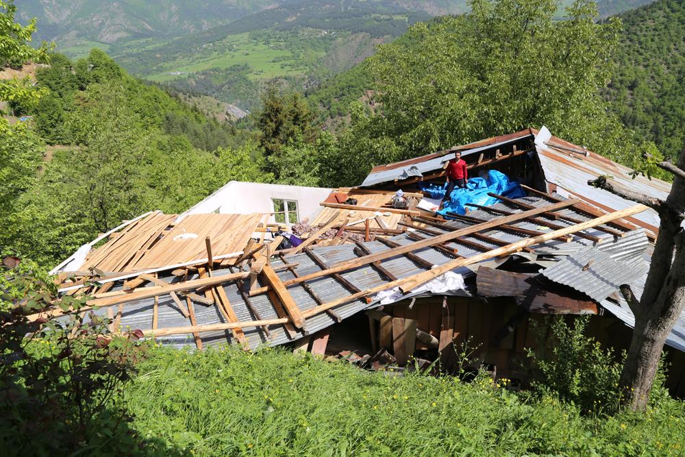 Fırtına Şavşat'ta Evlerin Çatısını Uçurdu